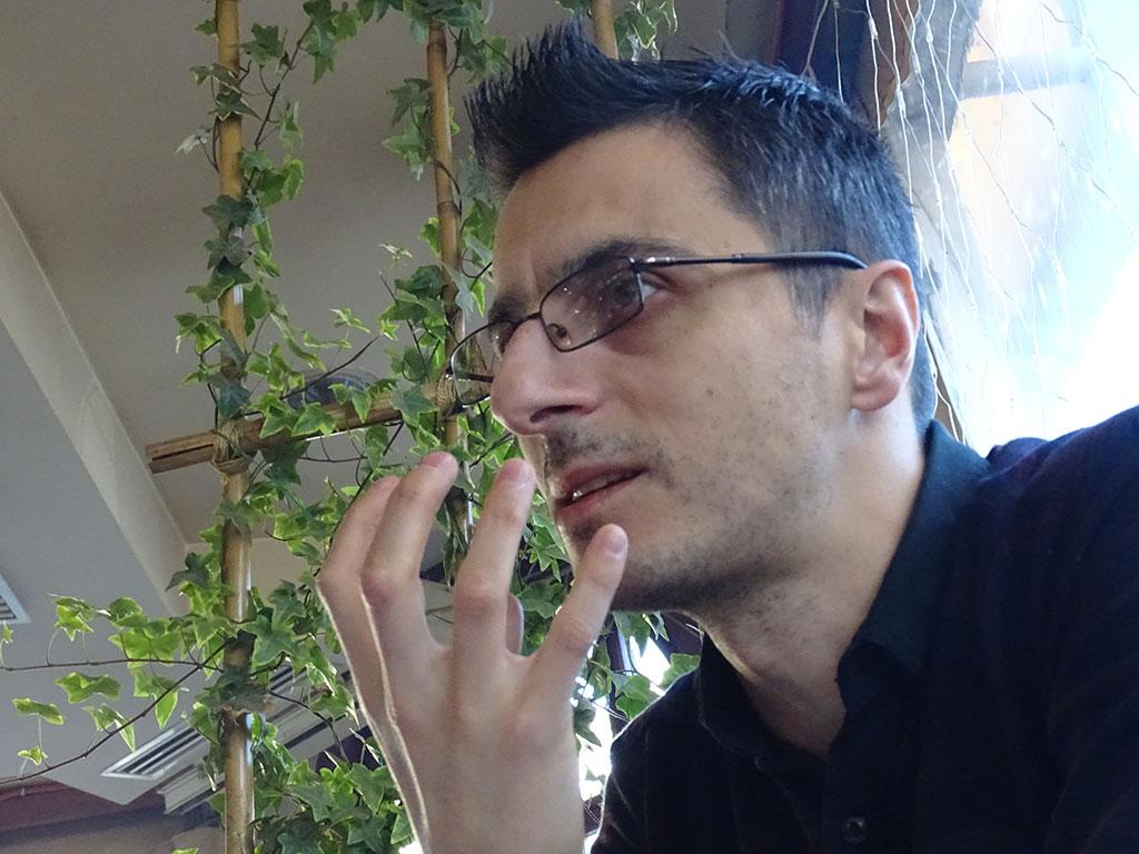 """Арианид Џафери од """"Еко герила"""" се сомнева дека газдите на """"Југохром"""" ги сопреле печките поради намалување на цената на феросилициумот на светскиот пазар, а загадувањето на воздухот го искористиле како изговор / Фото: БИРН"""
