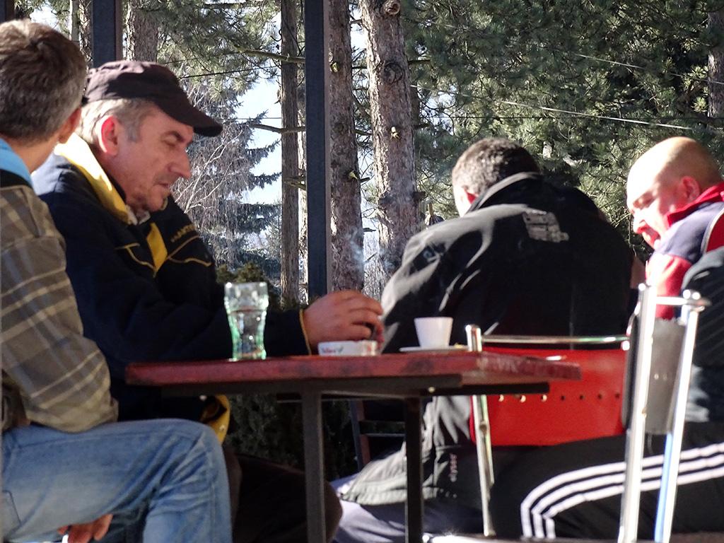 Работниците своето слободно време го поминуваат во единственото кафуле во селото / Фото: БИРН