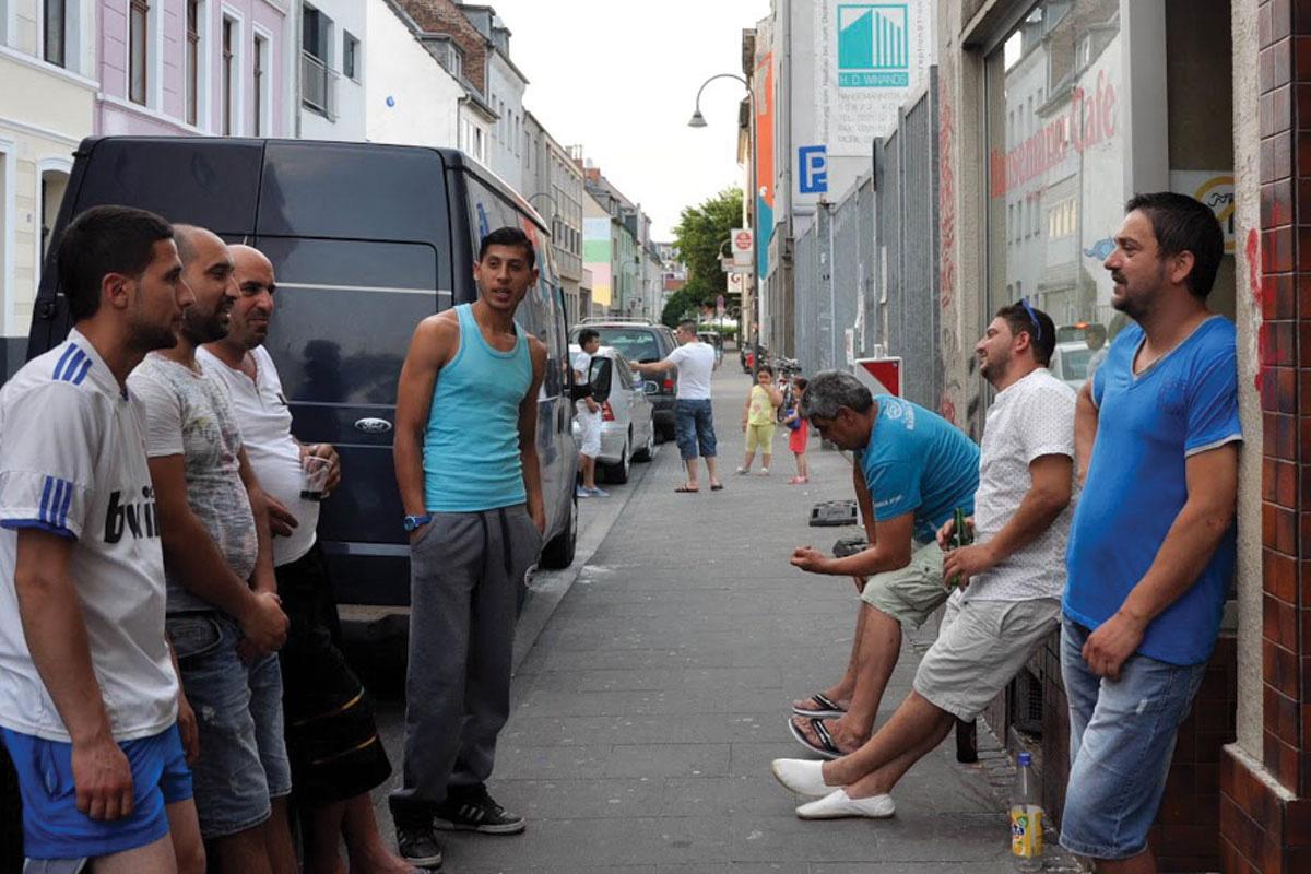 Бугарските работници од Пазарџик се собираат на улицата Хансеман во областа Еренфелд во Келн. Фото: Зорница Стоилова