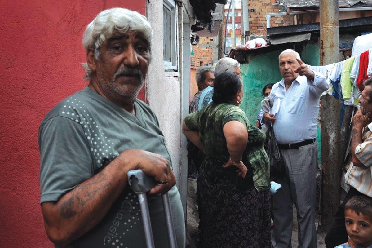Здравствениот медијатор Асен Колев, десно, разговара со луѓето во населбата Столипиново во Пловдив на 9 јуни 2015. Фото: Зорница Стоилова