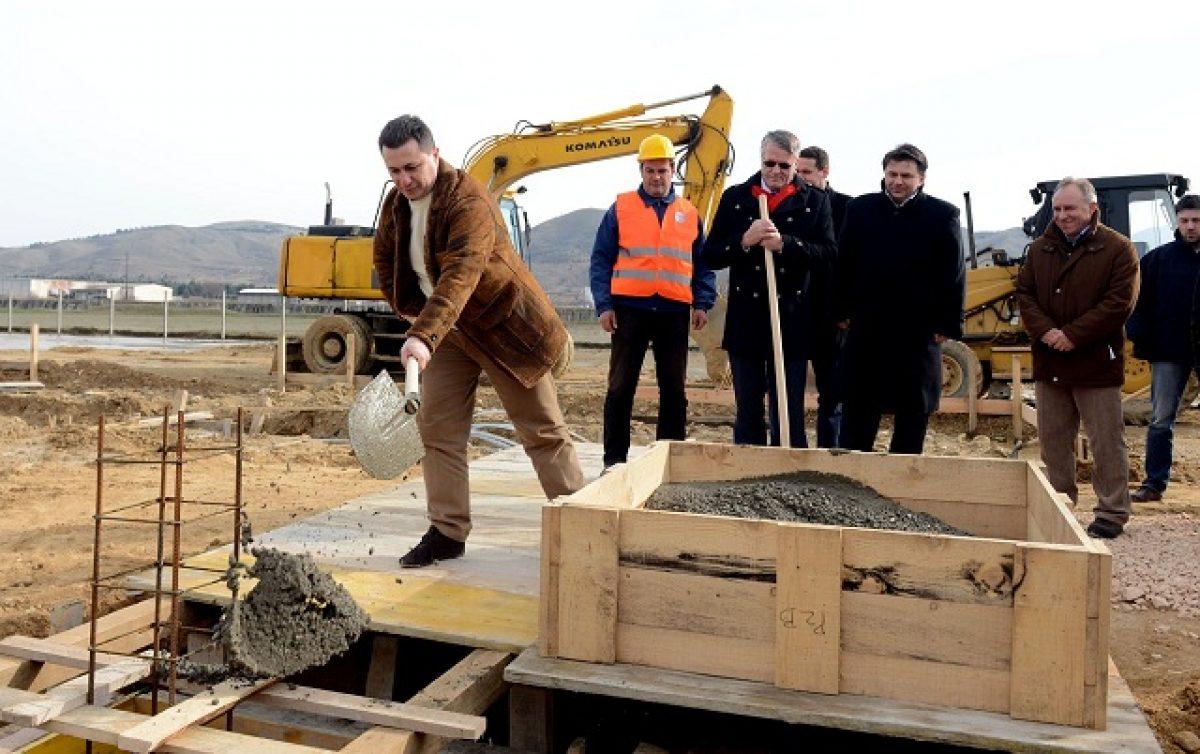 """""""Пред три години, господине премиер, во вашата канцеларија ви дадов ветување, а ветувањето е сега тука"""", изјави инвеститорот Теодорус ван Кампен на свеченото поставување камен темелник на фабриката на 2 февруари 2014 година / Фото: Влада на РМ"""