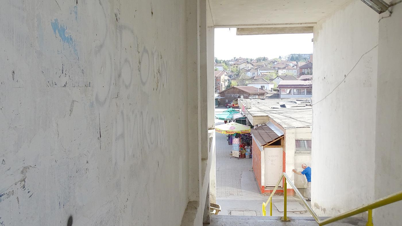 """На зграда се наѕира графитот """"Збогум Никола"""", неуспешно премачкан со бело, меѓутоа политичката криза ни оддалеку не е тема во Свети Николе / Фото: БИРН"""