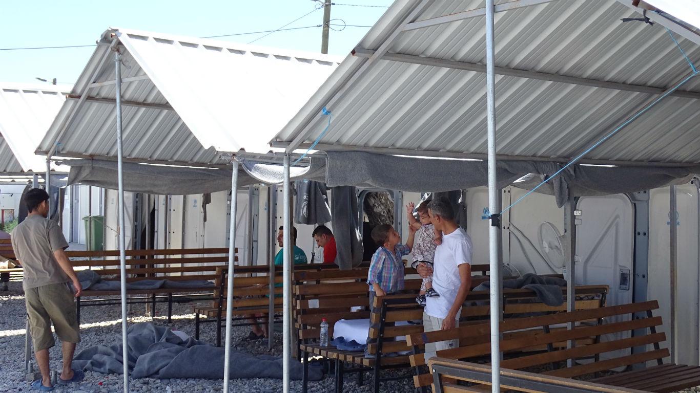 Секој наоѓа своја занимација во кампот каде што времето бавно тече   Фото: БИРН