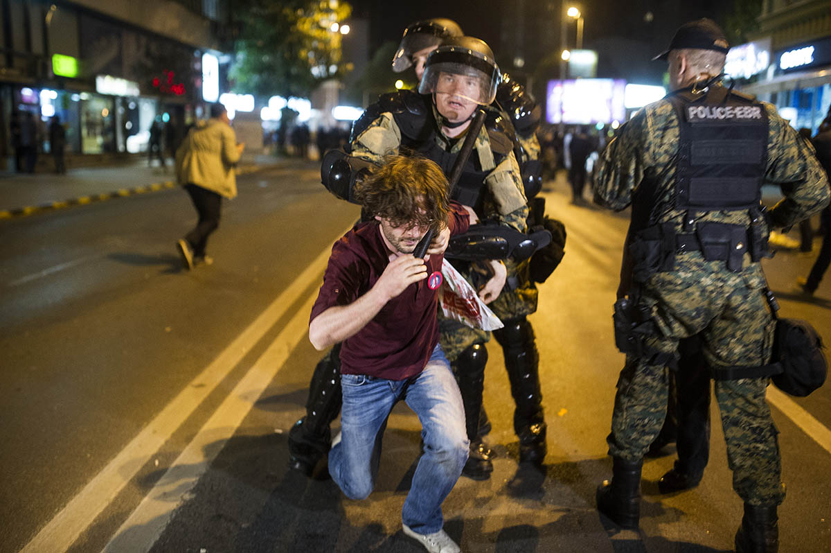 Police is arresting protesters in the center of Skopje on April 13, 2016.They are protesting because of President Ivanov's decision to cease all investigations and criminal proceedings against politicians./ AFP / Robert ATANASOVSKI