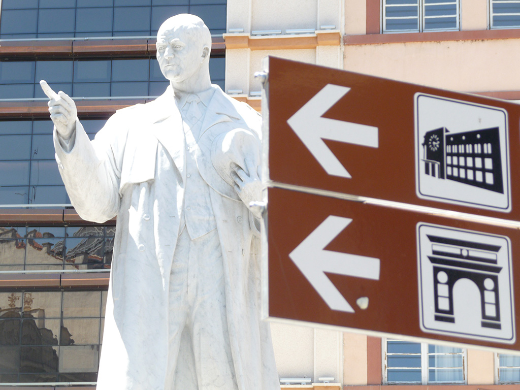 """Денес железничката мрежа во Македонија брои 27 функционални линии на 1.000 квадратни километри. Да не беше """"Скопје 2014"""", Македонија досега можеше да има и гасоводна мрежа. Според владините пресметки, за да се поврзат сите 80 општини во еден систем, потребна е дистрибутивна мрежа за природен гас од 650 километри чија изградба се проценува дека ќе чини околу 150 милиони евра, што е четири пати помалку отколку што чини """"Скопје 2014"""". Владата веќе донесе одлука да позајми 90 милиони евра од Deutsche bank и Erste bank со коишто се предвидува да се изградат 204 километри гасоводна мрежа. Дополнително, со 75 милиони долари од клириншкиот долг од Русија, се градат уште 60 километри гасоводна мрежа. Во замена за проектот """"Скопје 2014"""", Македонија денес можеше да ги има и двете легендарни хидроцентрали Чебрен и Галиште за коишто со години се распишуваат тендери и се бараат приватни инвеститори што ќе ги изградат или пак, нова термоелектрана којашто ќе покрива околу третина од годишниот увоз на струја. Според пресметките на ЕЛЕМ, двете хидроелектрани Чебрен и Галиште би чинеле 519 милиони евра, а би произведувале нешто над 1.000 гигават часови струја. Парите потрошени за проектот """"Скопје 2014"""" се еквивалентни, на пример, и на 9 нови клинички центри како комплексот """"Мајка Тереза"""" што почна да се гради лани во вредност од 70 милиони евра, или пак, на стотина нови студентски домови какви што воопшто не се изградија додека се поставуваа спомениците, се градеа плоштадите, фонтаните, фасадите на зградите во барок. Доколку пак, парите за """"Скопје 2014"""" беа искористени како државна помош за домашни и странски инвестиции, можеа да се отворат стотина нови фабрики со илјадници нови работни места. """"Скопје 2014"""" ќе нè чини повеќе од потрошените пари"""