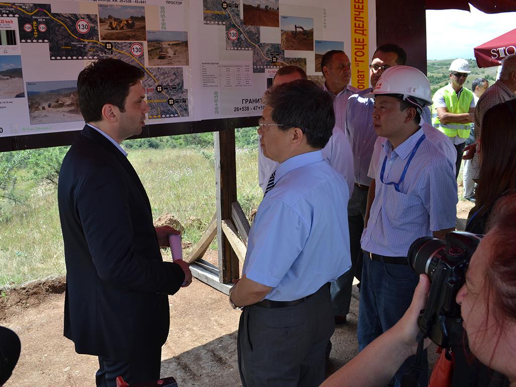 За двата автопати што власта почна да ги гради минатата година од Миладиновци до Штип и од Кичево до Охрид во должина од 104 километри се задолжи кај кинеската Ексим банка за 580 милиони евра / Фото: Министерство за транспорт и врски