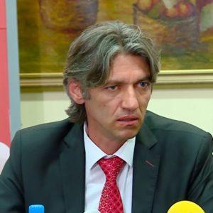 """""""Дури 90% од парите што ги добиваме како наменска блок-дотација за образованието завршуваат за плати, а само 10% за тековни трошоци, што е помалку од доволно"""", вели градоначалникот на Струга, Зијадин Села / Фото: 24 Вести"""