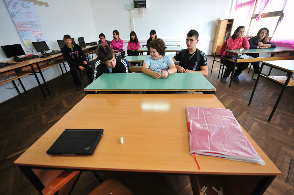 Сѐ повеќе празни столчиња во училниците—Ученици во основно училиште од Сиричино, Тетовско. Фото: Роберт Атанасовски