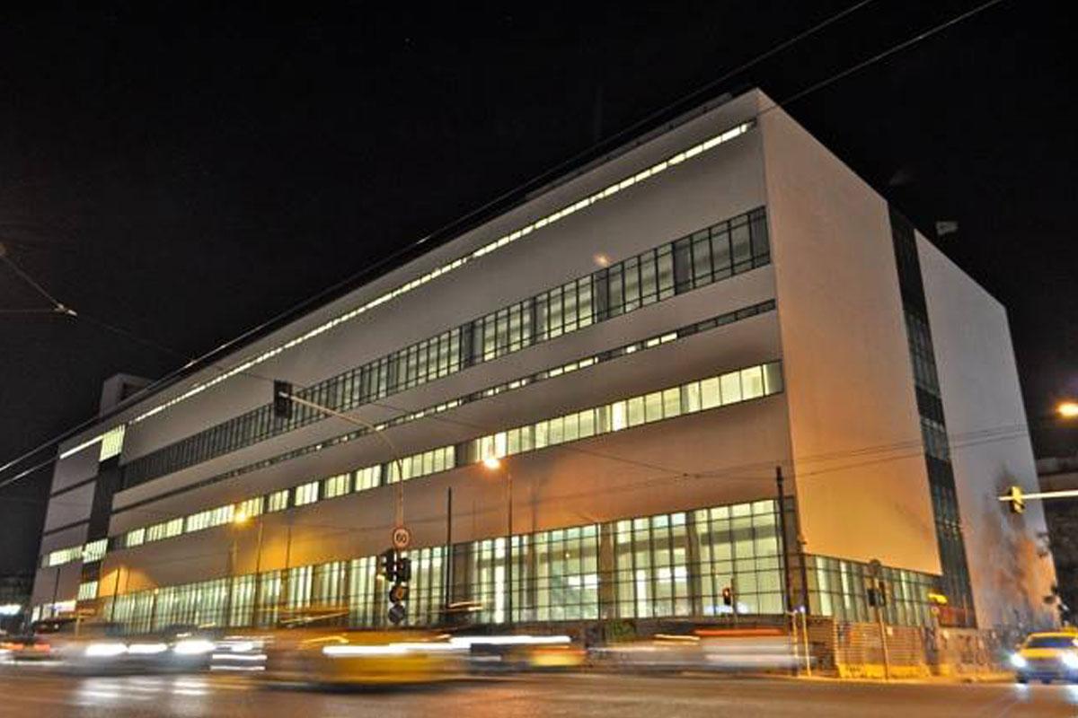 Ноќна слика од Националниот музеј за современа уметност во Атина, кој сѐ уште не е отворен за јавноста. Фото: Национален музеј за современа уметност