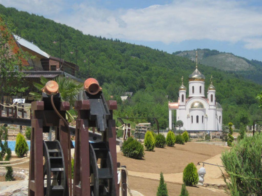 """Црква во дворот на хотел """"Плаза"""" во Маврово   Фото: Александар Писарев"""