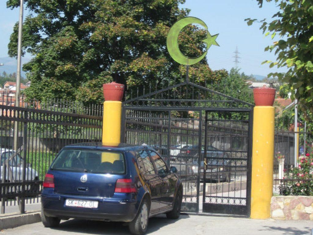 Дали верскиот симбол на влезната порта треба да ги селектира посетителите на обележениот простор | Фото: Александар Писарев