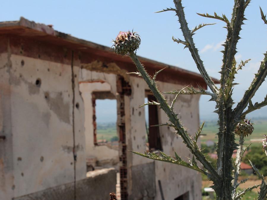 Напуштена куќа која потсетува на битката од пред 15 години