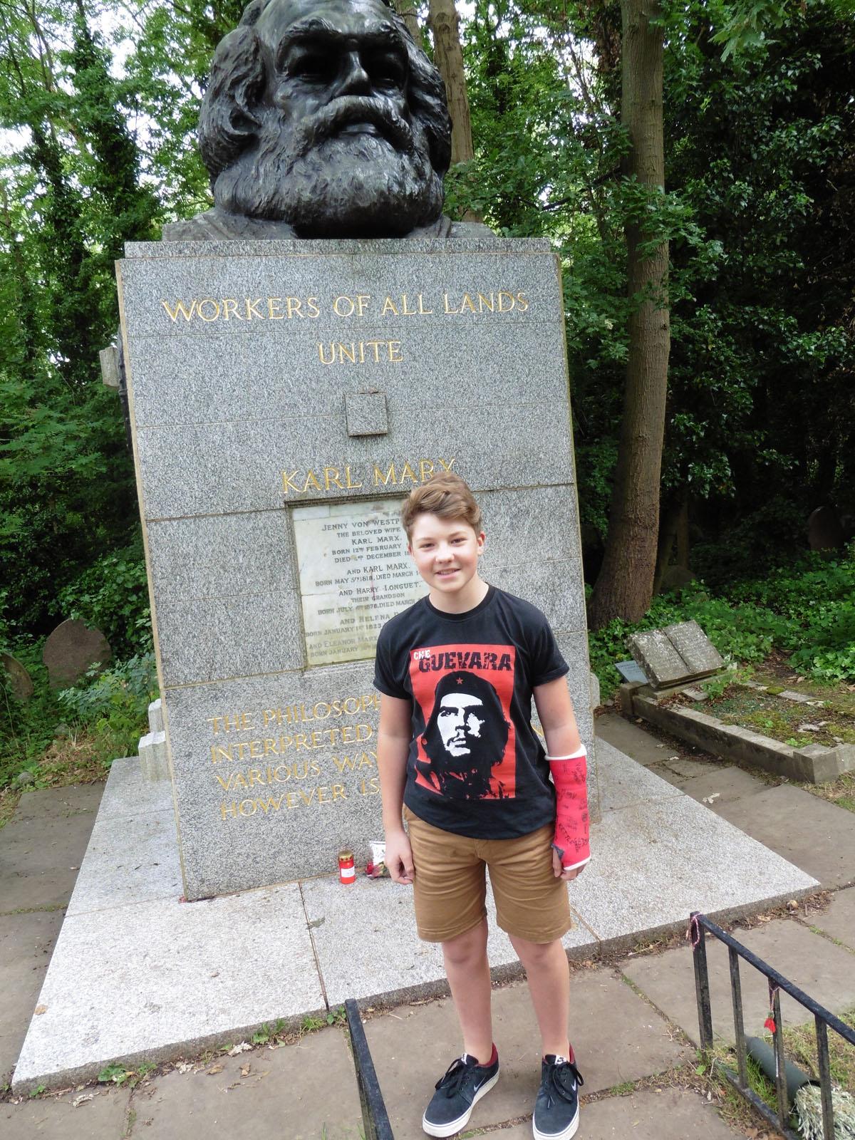 Бен Гудман-Чрч на гробот на Маркс на гробиштата Хајгејт. Фото: Дамир Пилиќ