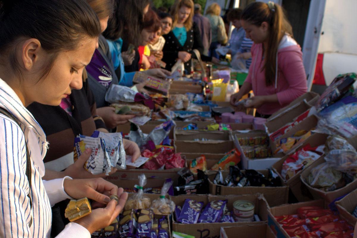 Работнички во купуваат оброци пред почетокот на нивната смена во Маљери Кристијан во Калафат / Фото: Лаура Стефанут