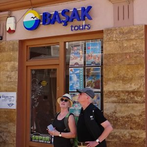 """Странски туристи пред агенцијата """"Башак"""" во Скопската чаршија"""