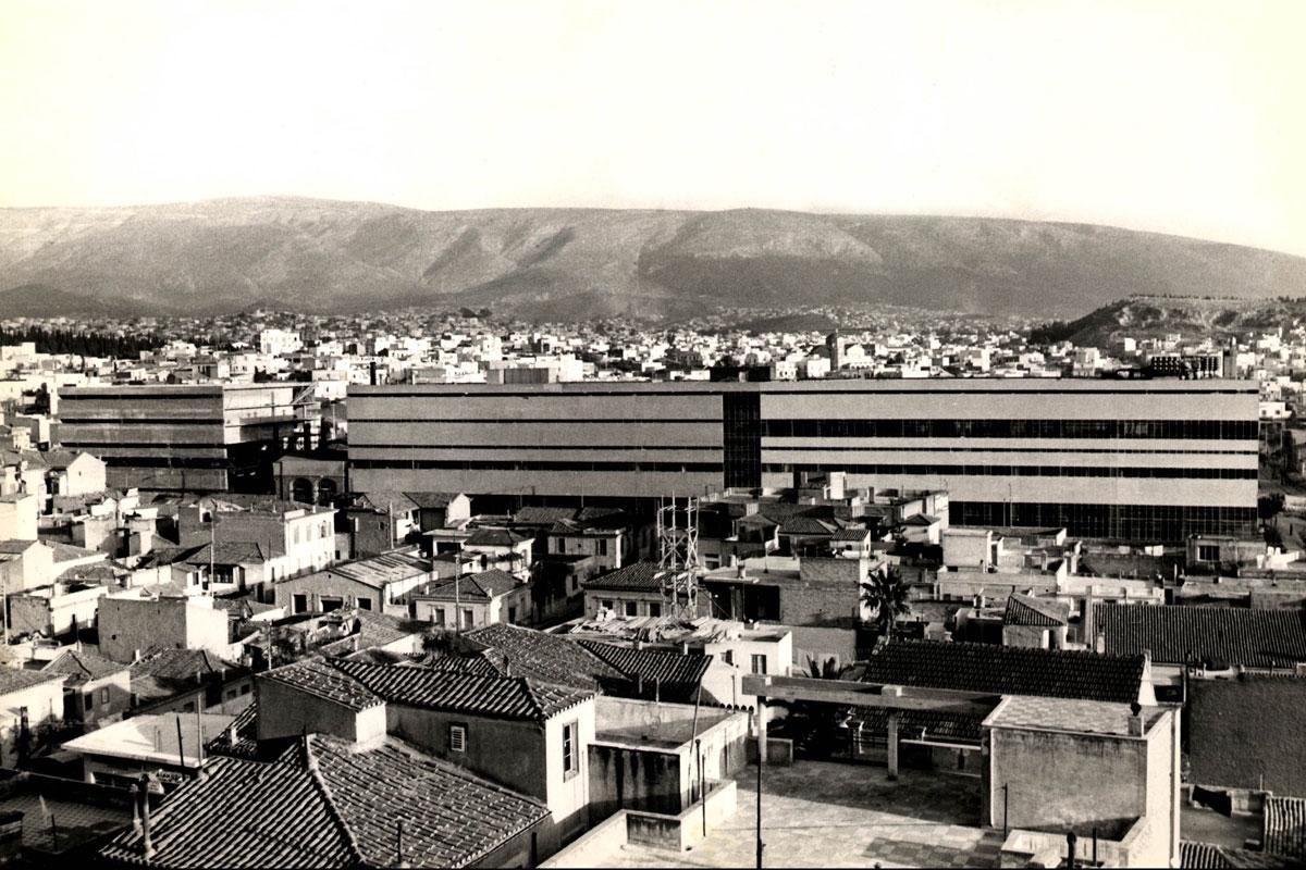 """Зградата на пиварницата """"Фикс"""" од 1957, во своите најславни години. Половина од зградата подоцна бил срушен. Фото: Национален музеј за современа уметност"""