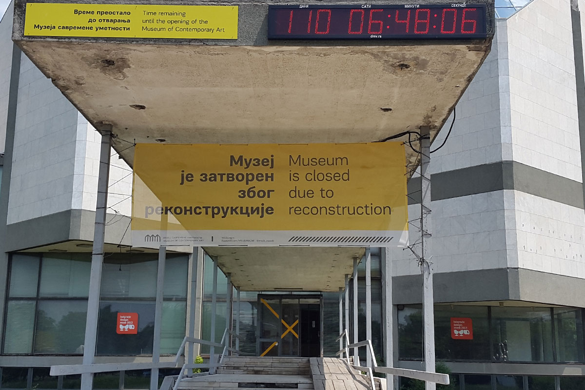 Музејот за современа уметност во Белград во јули 2015 година, со дигиталниот часовник кој одбројува до уште еден пропуштен краен рок за завршување. Фото: Фотини Барка