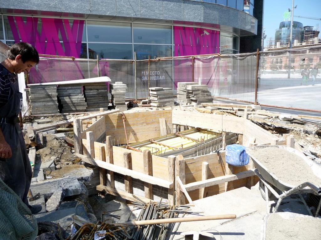 Изградба на споменикот на Неџат Аголи. Фото: БИРН