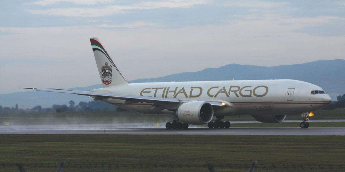 Товарен авион Боинг 777 со ознаките на компанијата Етихад полетува од аеродромот во Софија на 20 јуни 2015 г. Фото: Стефан Гагов