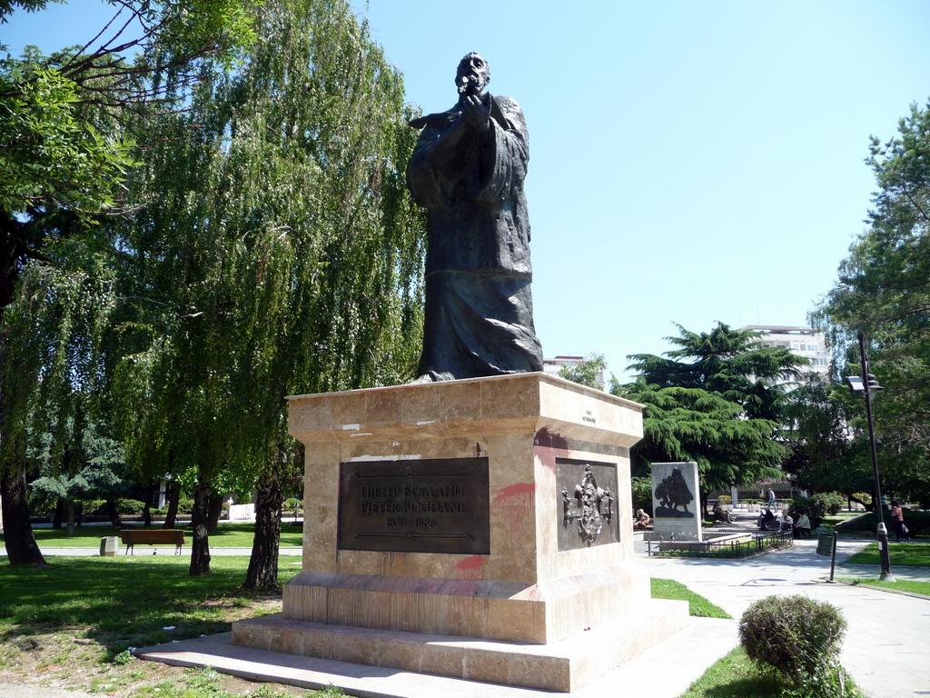 Pjetr Bogdani Albanian staues in Skopje by SJM (3)