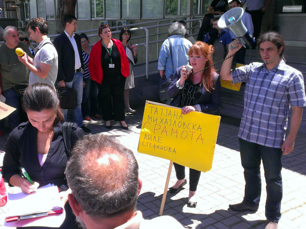 Новинарите протестираа за слобода на новинарот Томислав Кежаровски, носејќи транспаренти на кои стоеше името на обвинителката Лиле Стефанова   Фото: БИРН