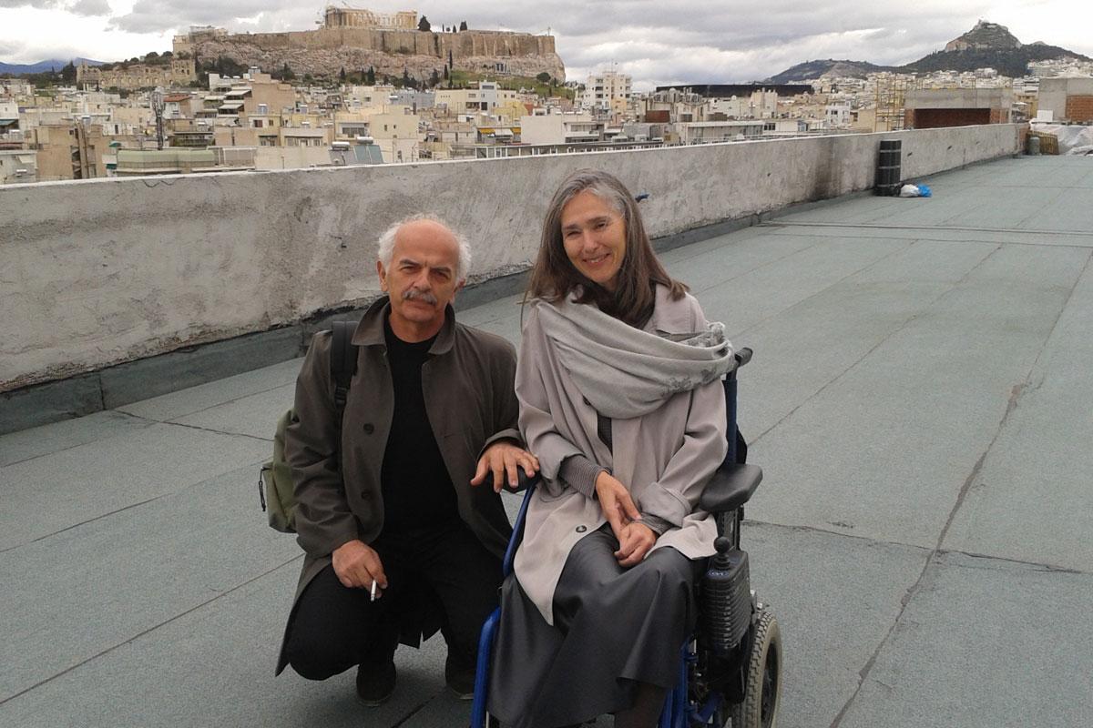 Архитектот Вангелис Стилианидис и Ана Кафеци, основачки директор на Националниот музеј за современа уметност во Грција, на покривот на музејот во април 2013. Фото: Фотини Барка