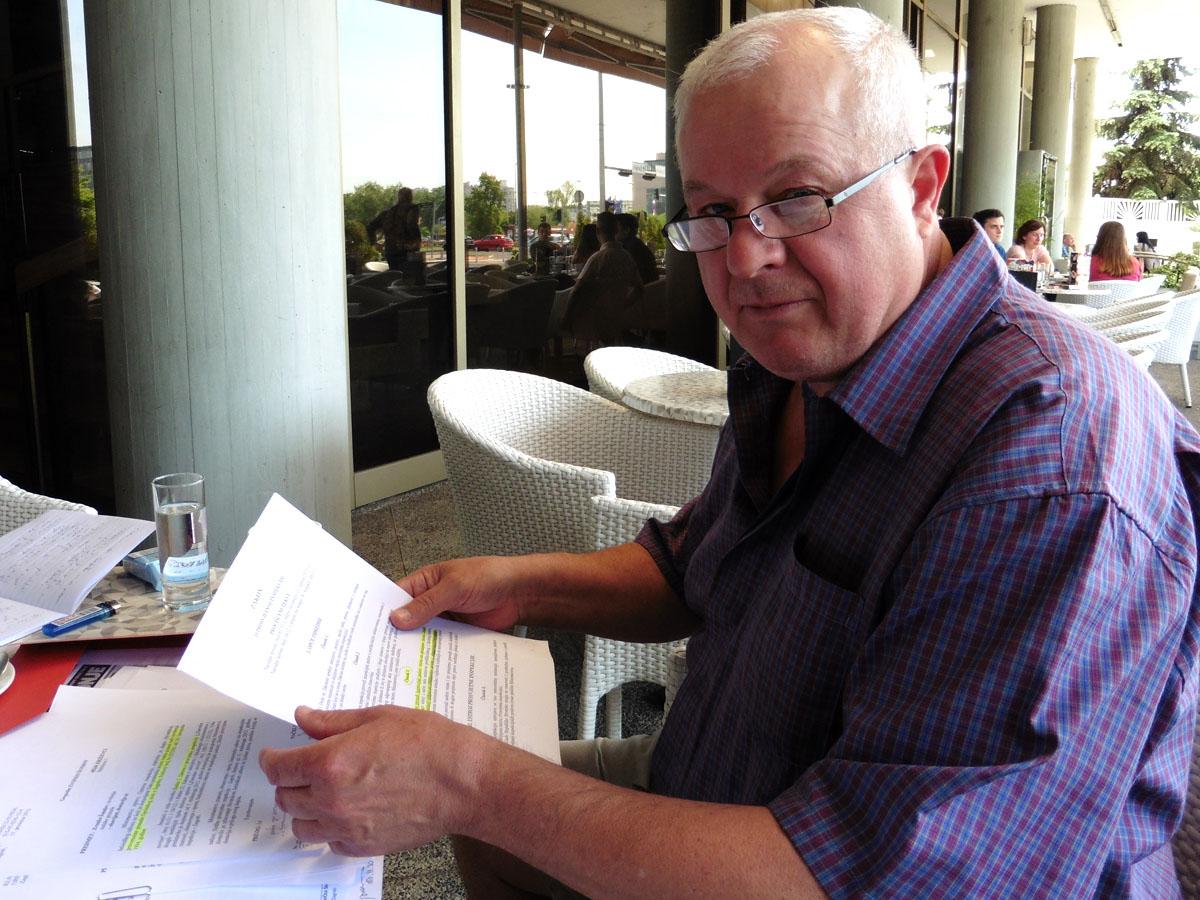 Звонко Шундов со судските документи за неговото отпуштање од Електротехничкиот факултет во Загреб. Фото: Дамир Пилиќ