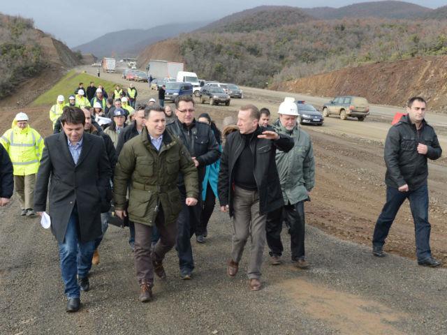 Премиерот Груевски во посета на градежните работи на делницата од автопатот од Демир Капија до Смоквица по завршувањето на првтата третина од активностите во јануари 2014 година / Фото: МИА