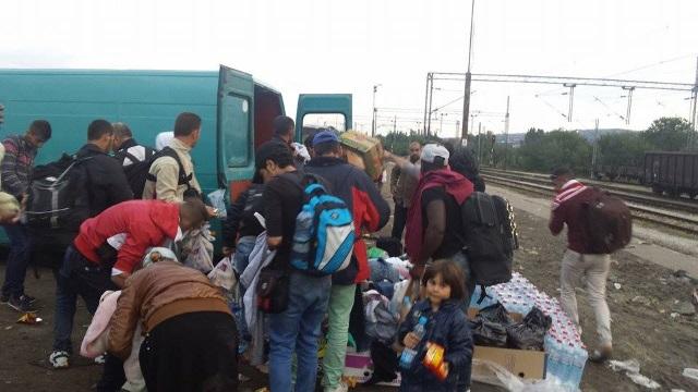 Со донациите од граѓаните, бегалците добиваат потопла облека | Фото: БИРН