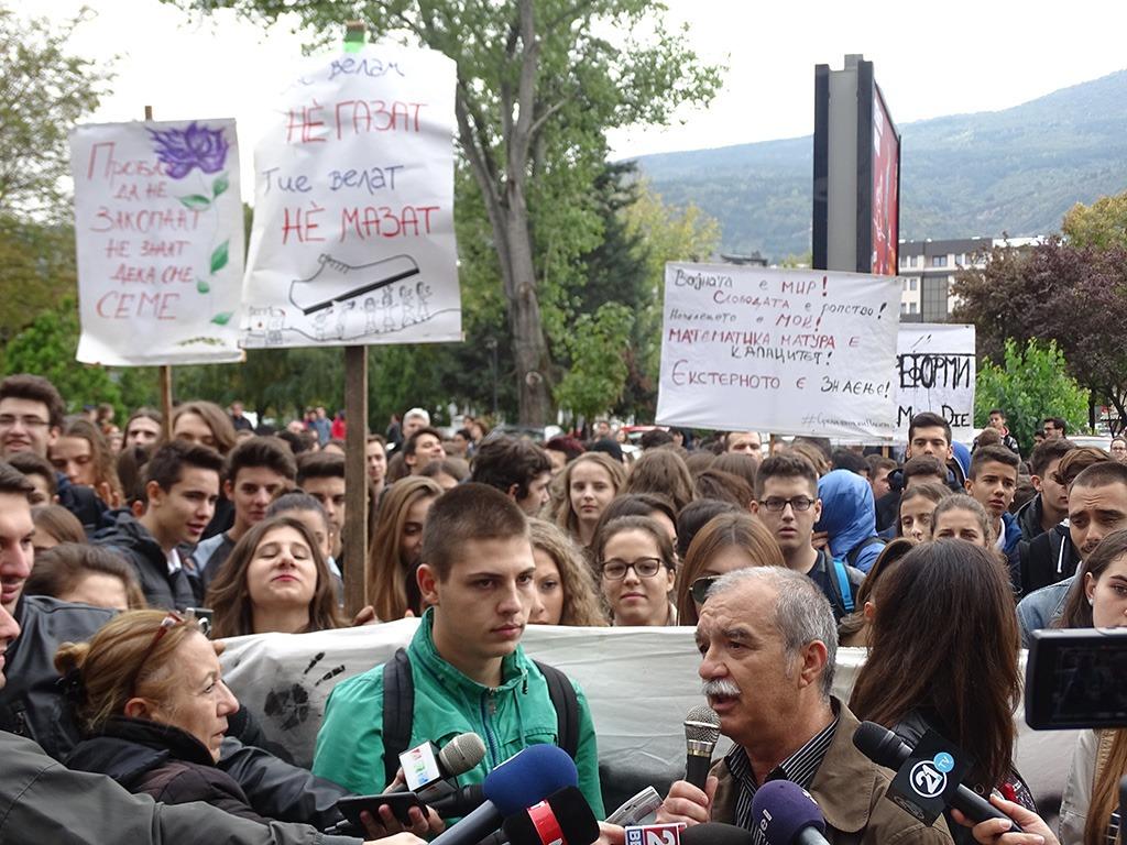"""Професорот од популарното """"Орце"""" не отстапува ни педа од ставот и тврди дека екстерното е сериозен проблем - од минатонеделниот средношколски марш / Фото: БИРН"""