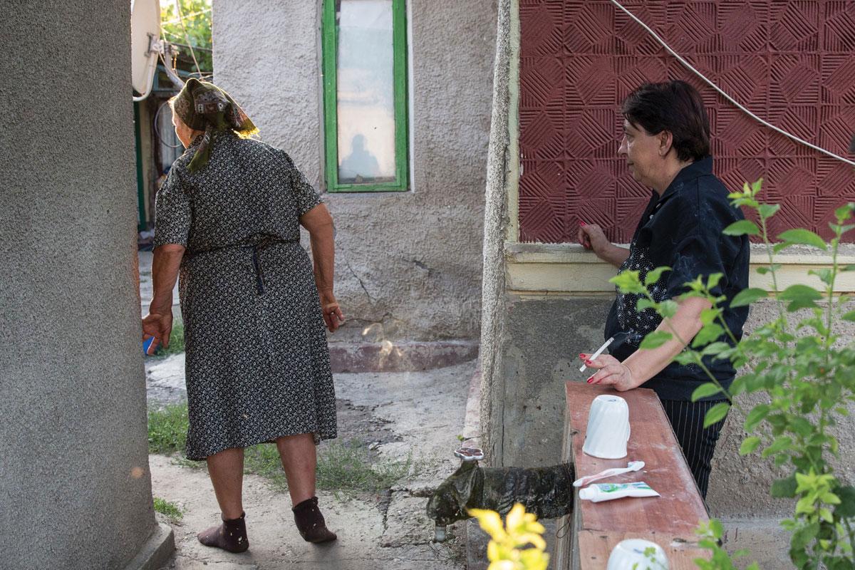 Јоана Ганеа (десно), и нејзината мајка во градината од нивниот дом во романското село Султана Фото: Џорџ Попеску