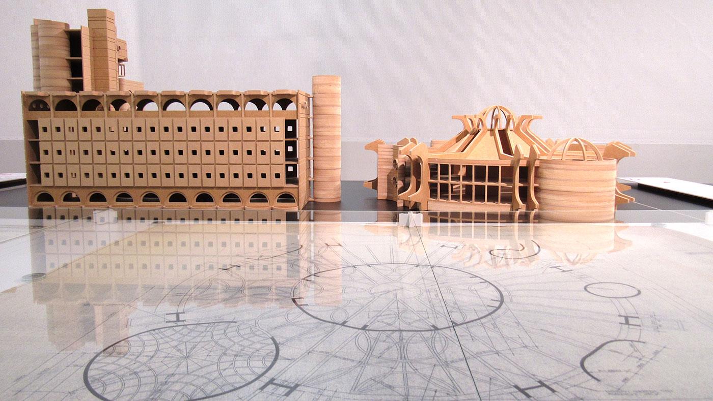 Модели на модернистичкиот Телекомуникациски центар и зградата на Поштата во Скопје, како дел од изложбата организирана од архитектот Ана Ивановска-Дескова. Фото: Бојан Блажевски