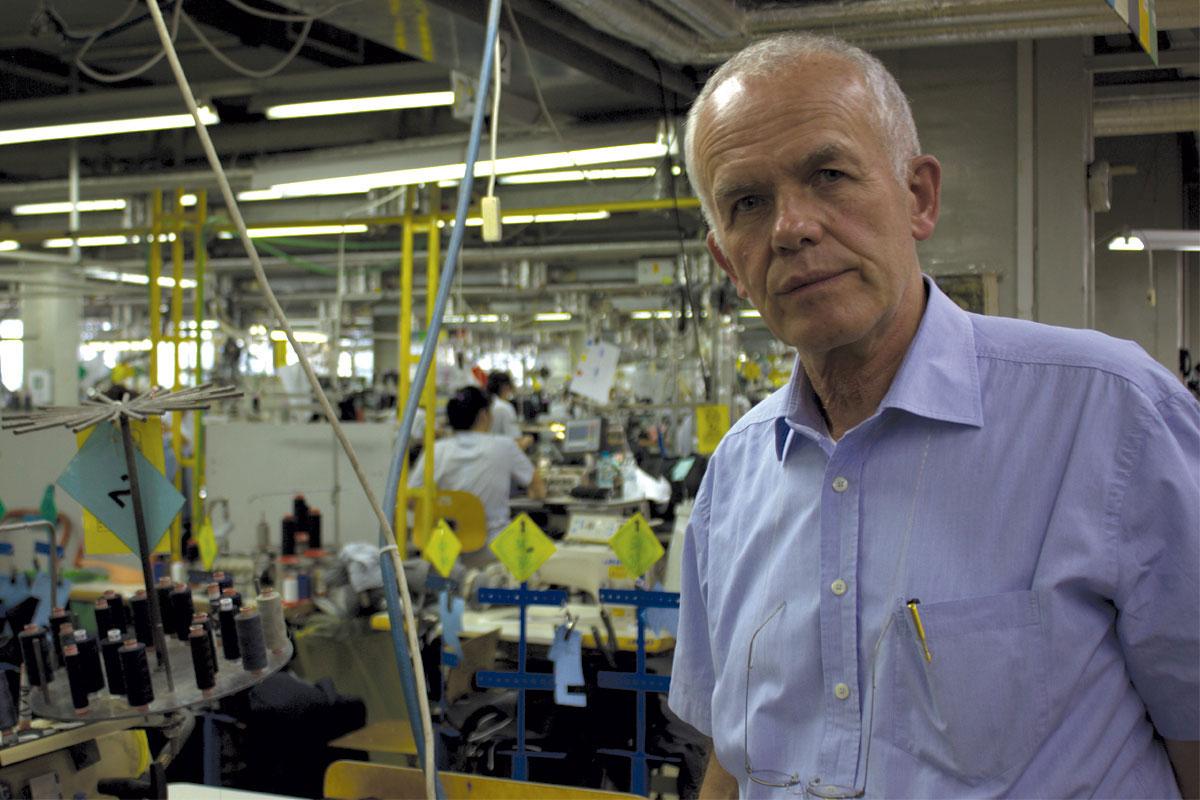 """Бертрам Ролман во неговата фабрика """"Пирин-Текс"""" во Бугарија. Фото: Лаура Стафанут"""