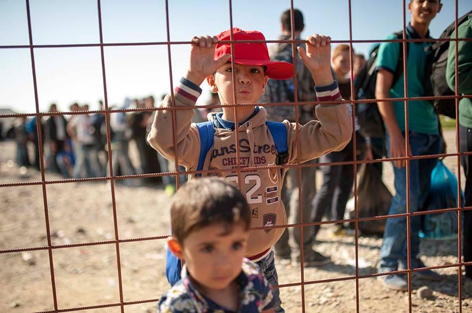 На бегалците им се дели храна и вода а на децата им се даваат играчки / Фото: Роберт Атанасовски
