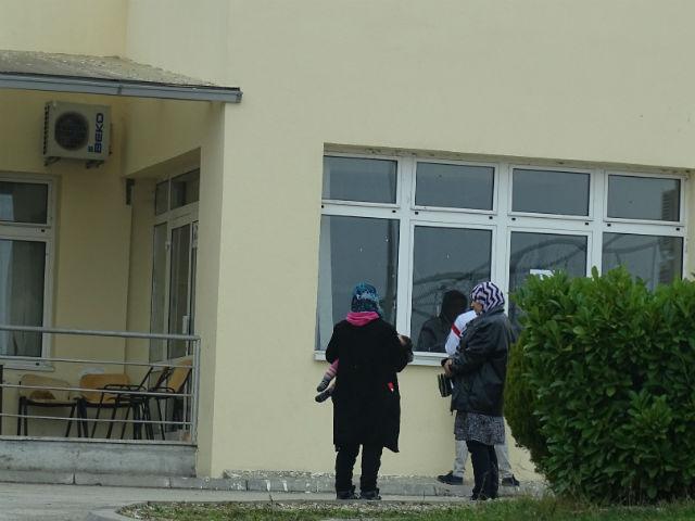 Семејство од Сирија кое го напуштило Прифатниот центар за странци и е префрлено во центарот во Визбегово