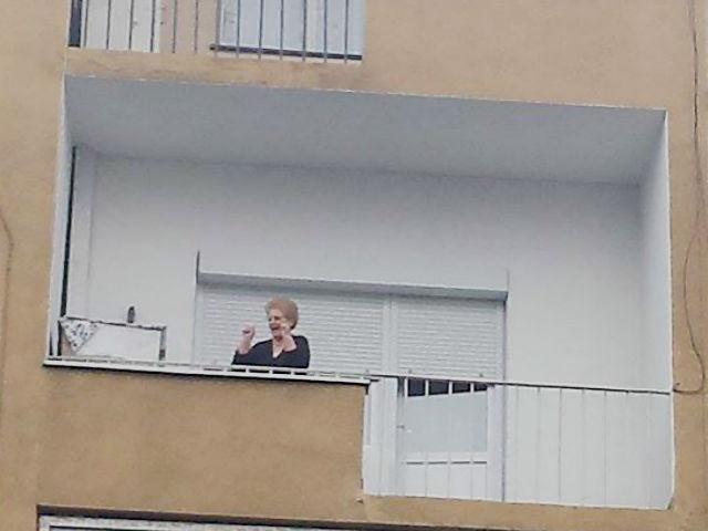 Многу граѓани излегуваат на своите прозори и тераси да ги отпоздрава, аплаудираат и да изразат знак на одобрување | Фото: М.Јордановска