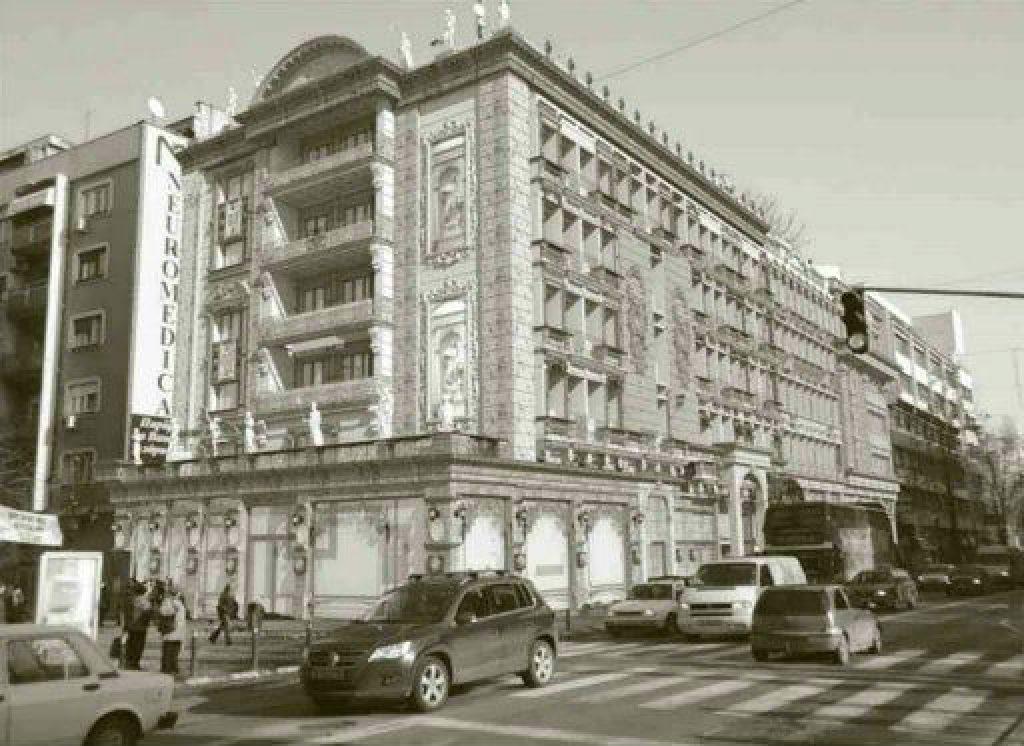 Зграда на улица Македонија бр.32. Присуство на златната боја на фасадата е најмалку 30 насто