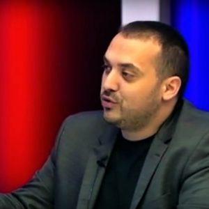 Леонард Керќуки, во една од своите телевизиски емисии. Фото: исечок од емисија