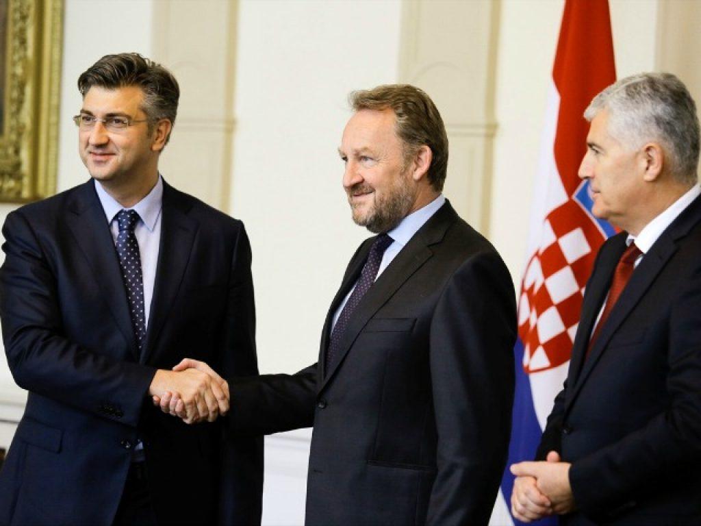 Хрватскиот премиер, Андреј Пленковиќ, со членовите на Претседателството на БиХ, Бакир Изетбеговиќ и Драган Човиќ. Фото: Анадолија