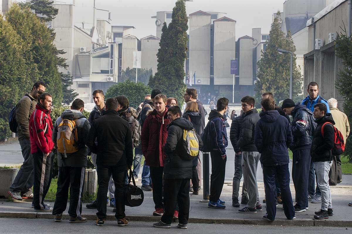 Migracioni i mundshëm me trend rritjeje – gjithnjë e më shumë të rinj me arsim të lartë dhe studentë të viteve të fundit mendojnë ose planifikojnë të largohen nga Maqedonia / Foto: Robert Atanasovski
