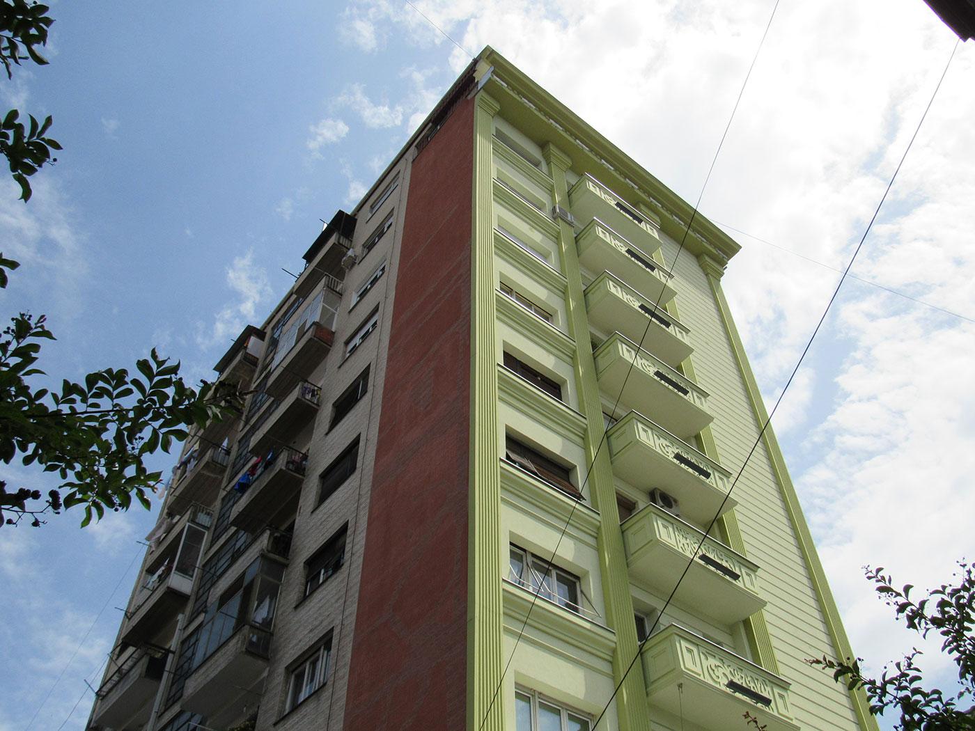 Станбена зграда во Скопје со нова неокласицистичка фасада од предната страна. Позадината на објектот е недопрена / Фото: Бојан Блажевски