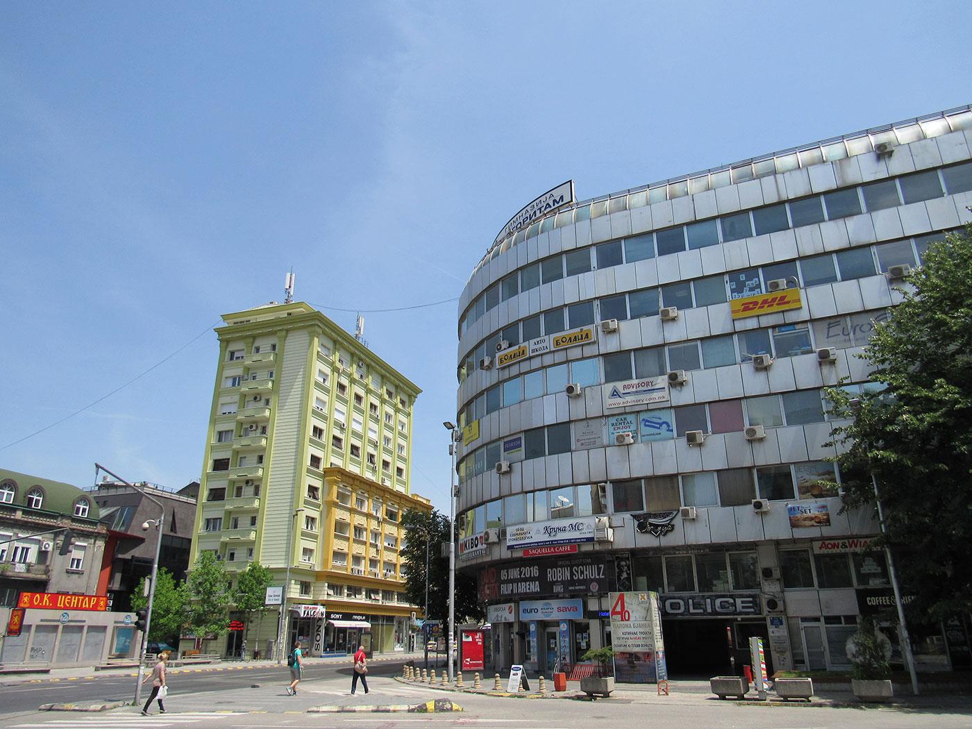"""Деловниот објект """"Палома Бјанка"""" пред да започнат работите за изведба на неокласицистичката фасада. 86-годишниот автор вели дека тој никогаш не бил консултиран / Фото: Бојан Блажевски"""