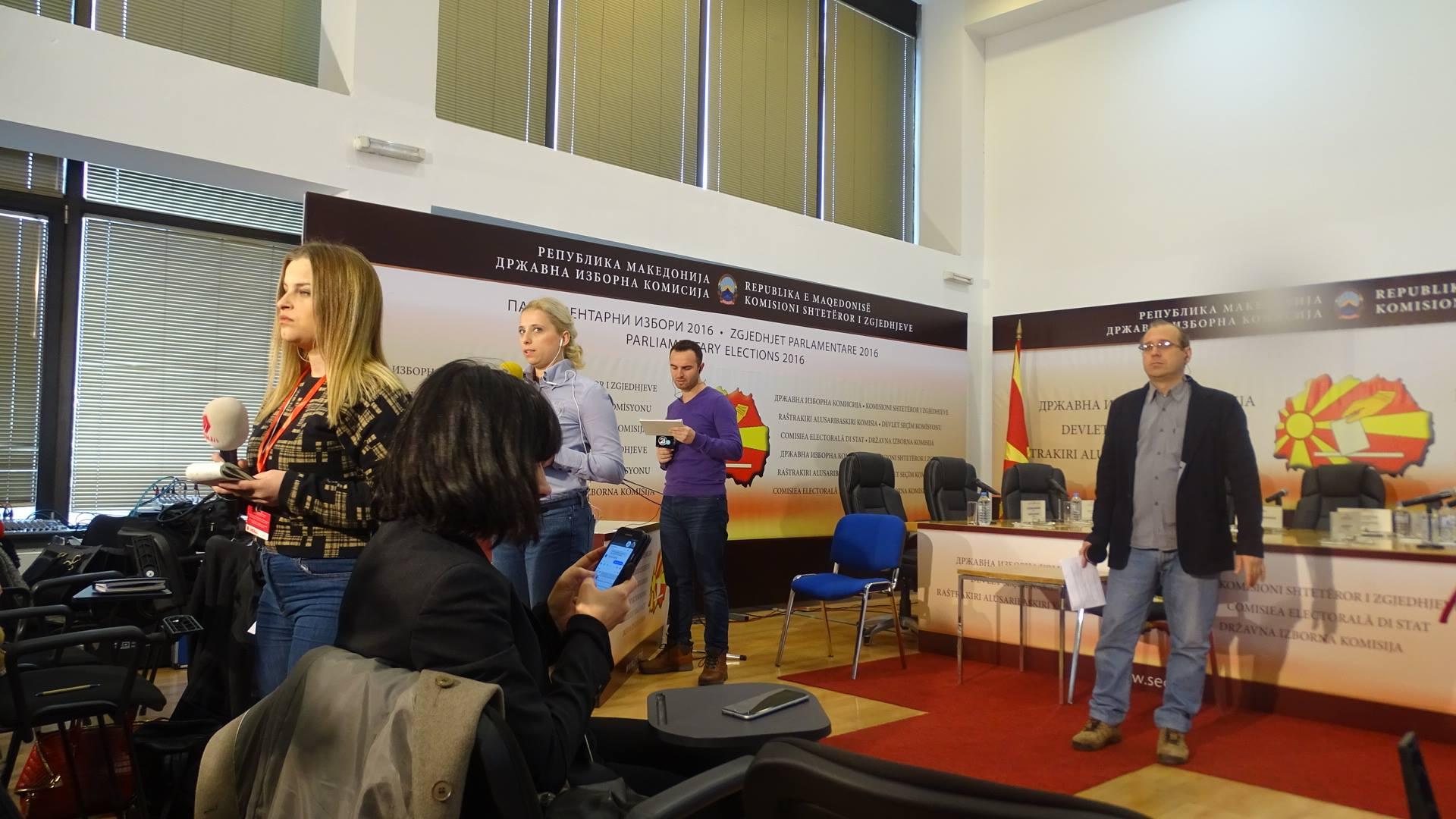 Новинари чекаат да започне седница на ДИК