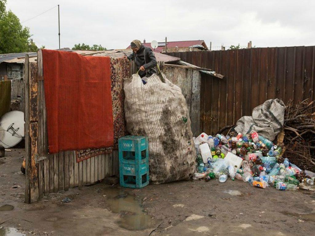 Романка во Букурешт пакува пластични шишиња најдени во отпадот во вреќа за рециклирање / Фото: Џорџ Попеску