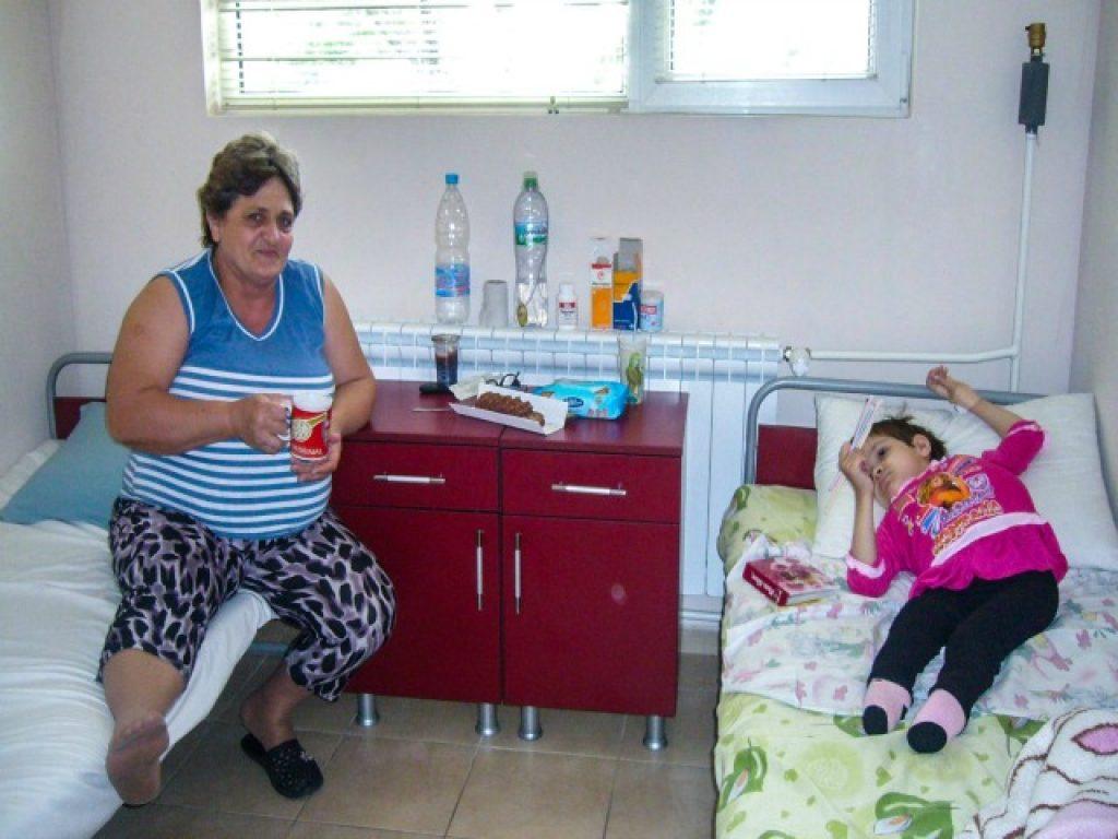 Цонка Тенева со својата ќерка Теодора, со која повторно се обединиле во 2010 година во рамките на програмата за преместување на децата со посебни потреби од изолираните државни институции. Фотографијата е добиена со согласност на Цонка Тенева