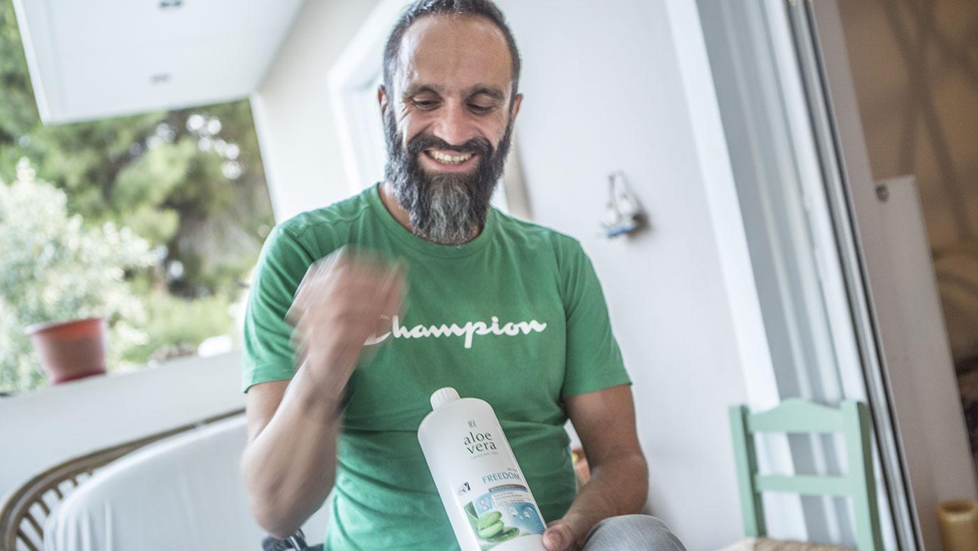 Грчкиот параолимписки пливач Константинос Караузас држи шише со екстракт од алое вера што го пие против болки во зглобовите. Фото: Ана Пантелиа