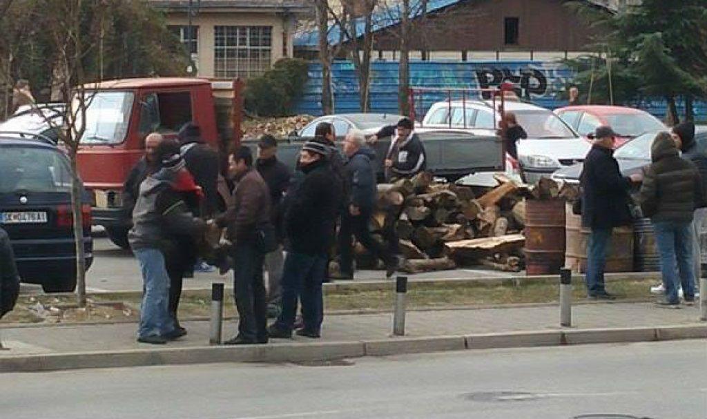 Со камион беа донесени дрва кои очигледно ќе служат за огрев пред зградата на ДИК и ЕУ инфо-центарот кој се наоѓа преку улицата