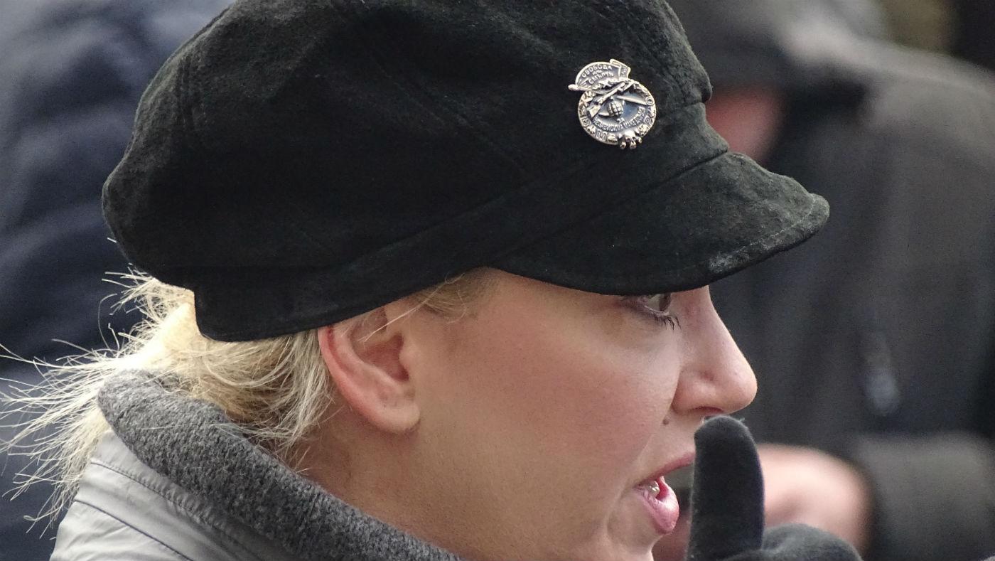 Револуционерен беџ на капчето на директорката на Театар Комедија, Јелена Жуѓиќ