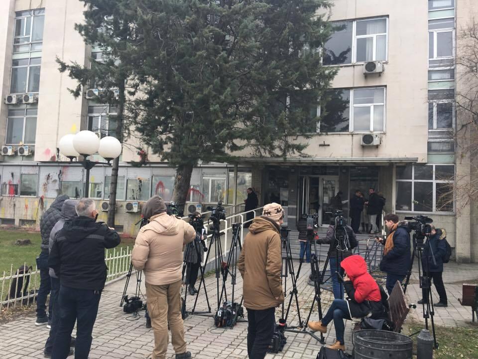 Пред судот се уште врие од камери и новинари, на влезот е огромна гужва