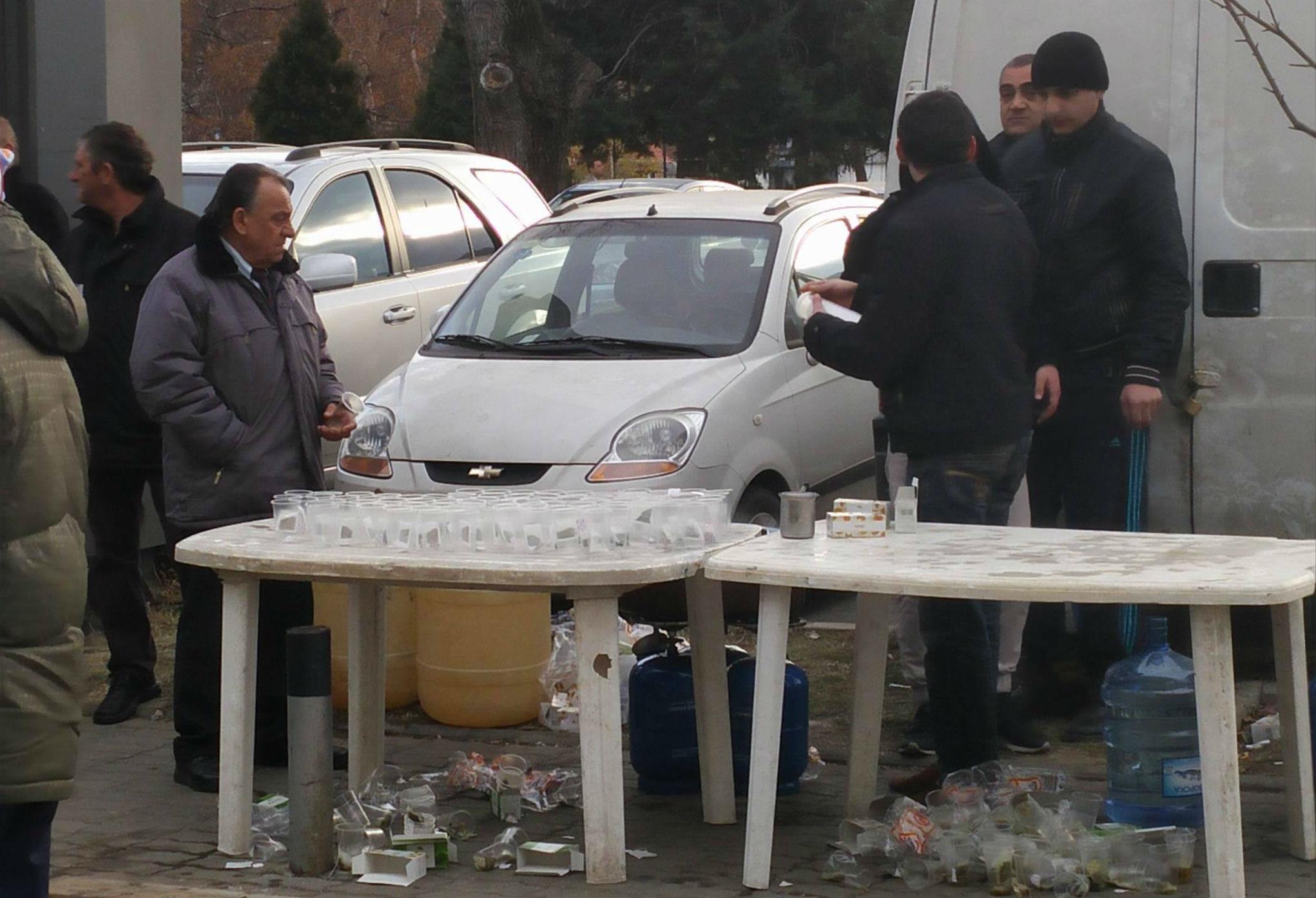 Топол чај за поддржувачите на ВМРО ДПМНЕ пред ДИК / Фото БИРН